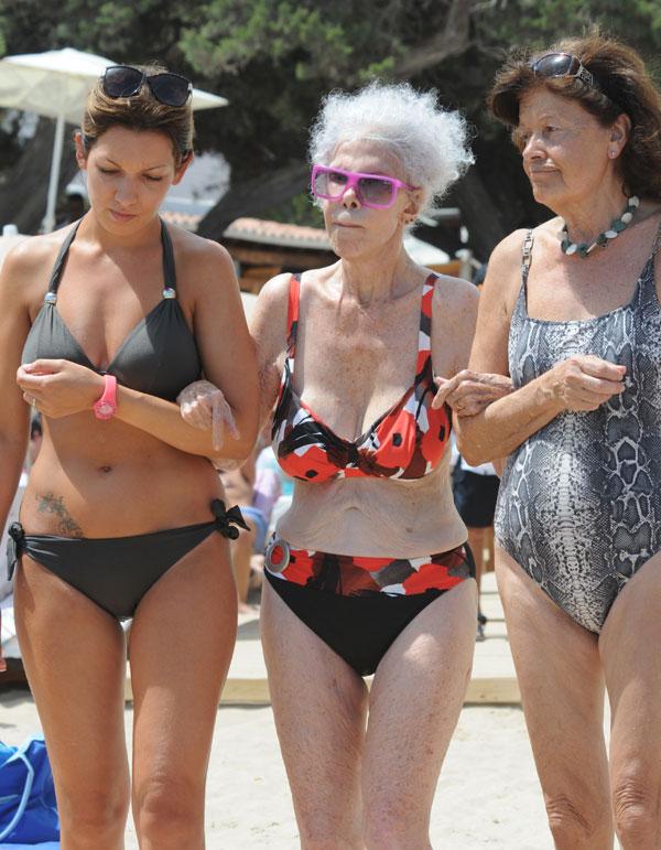 Cayetana Fitz-James Stuart, duquesa de Alba, y unas amigas, en la playa de Cala Salada (Ibiza)