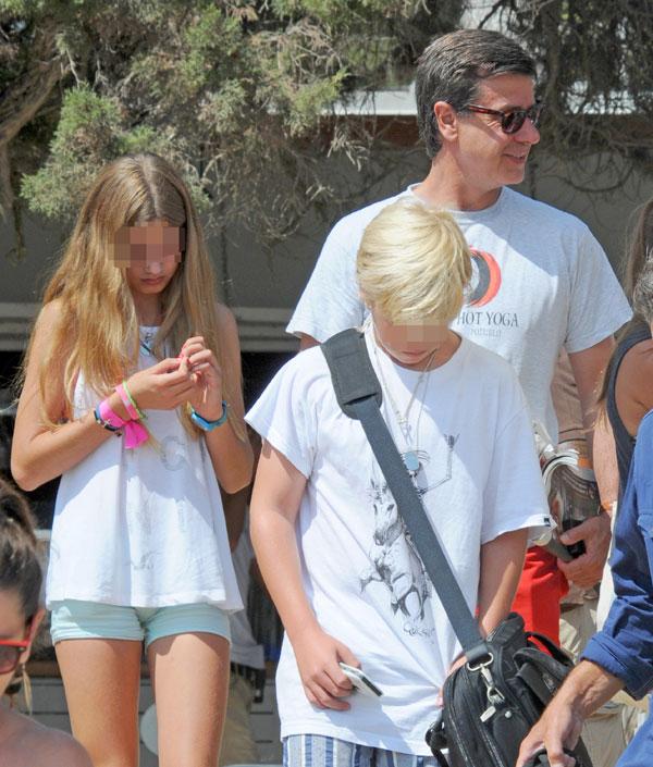 Cayetano Martínez de Irujo y sus hijos Amina y Luis en Ibiza