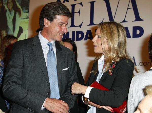 Cayetano Martínez de Irujo charla con Patricia Rato ayer en los premios Telva de Belleza