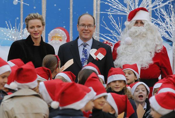 El príncipe Alberto II de Mónaco con su esposa, la princesa Charlene acudiendo al tradicional posado ante el árbol de Navidad y la recepción a los niño el palacio de Mónaco por Noel Miércoles, 18 de diciembre 2013. Ciudad: Mónaco
