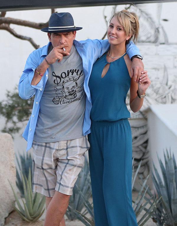 Los actores Charlie Sheen y Brett Rossi en Cabo San Lucas, Mexico, el 29 de noviembre de 2013.
