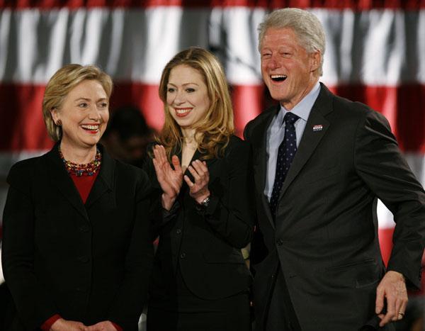 Chelsea, entre Hillary y Bill Clinton, sus padres