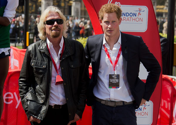 Harry de Inglaterra Con-Sir Richard-Branson en el Maratón de Londres