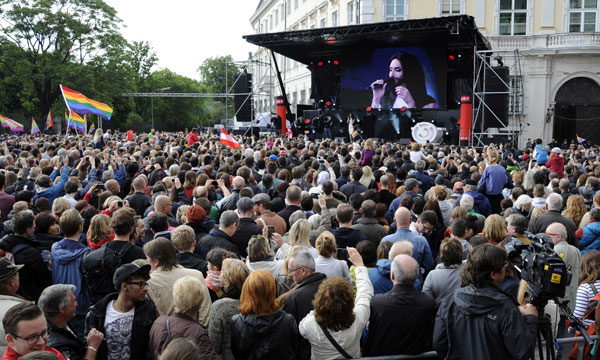 La cantante austríaca gganadora del Festival de la Canción de Eurovisión Conchita Wurst durante el mini recital de bienvenida encancillería federal en Viena, Austria, el Domingo, 18 de mayo 2014