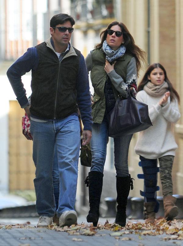 Fran Rivera y Lourdes Montes paseando por la calle