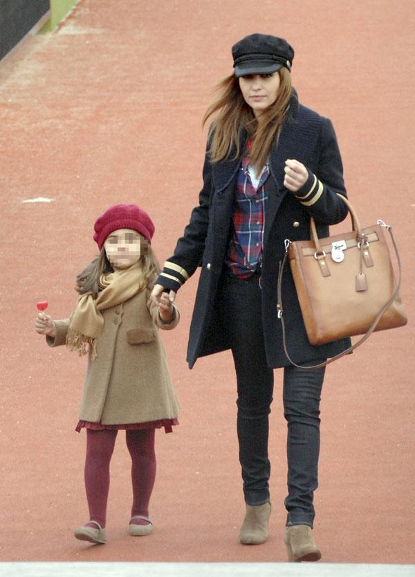 Daniella y-Paula Echevarría a la salida del colegio de la niña