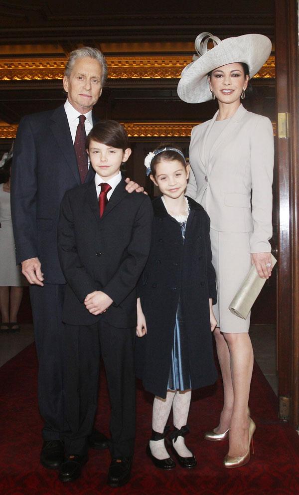 Michael Douglas y Catherine Zeta Jones con sus hijos Dylan y Carys en Londres