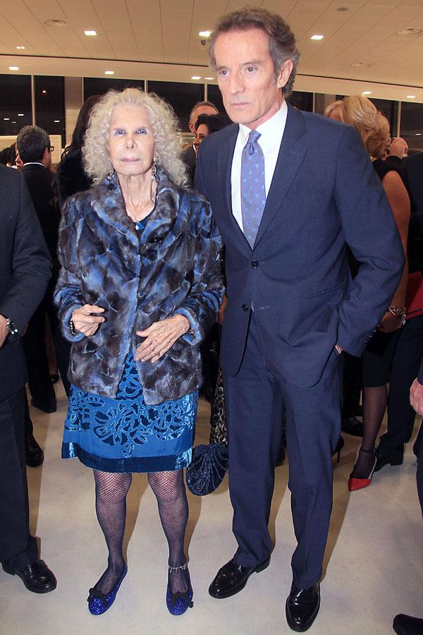 Cayetana Fitz-James Stuart y Alfonso Díez, duques-de-Alba, en la nueva tienda de Porcelanosa en Tomares (Sevilla)
