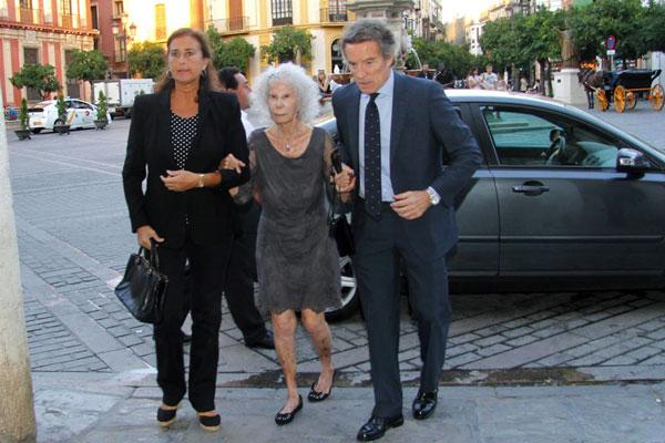 Duques-de-Alba-con-Carmen-Tello en el funeral de la duquesa de Medinaceli