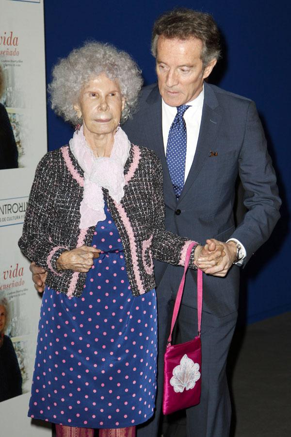 Alfonso y Cayetana ayer en Madrid en la presentación de las memorias de la duquesa