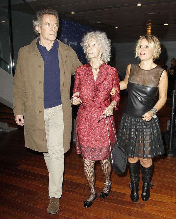 Los duques de Alba, Cayetana y Alfonso, con Eugenia Martínez de Irujo, duquesa de Montoro, en Madrid