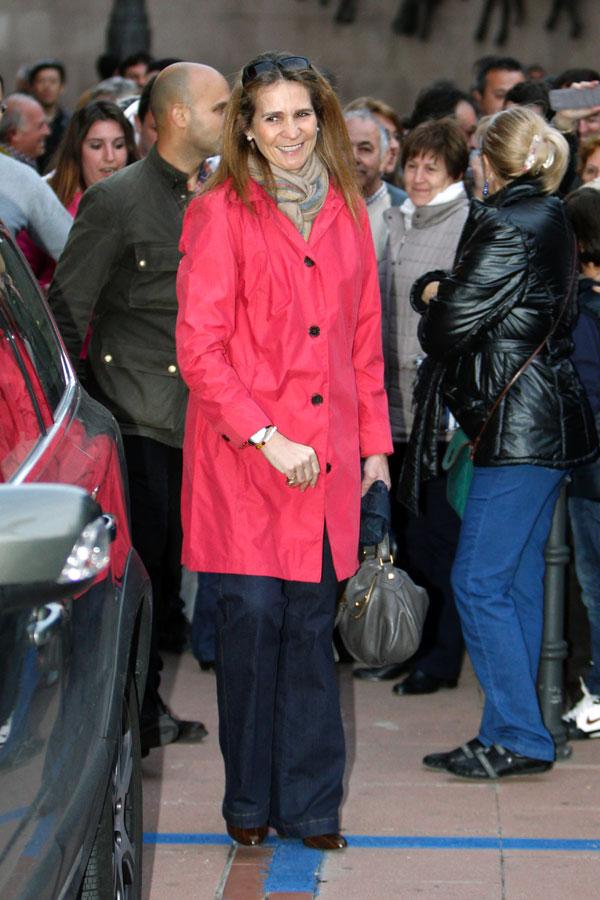 La infanta Elena llega ayer a la plaza de toros de Las Ventas en Madrid