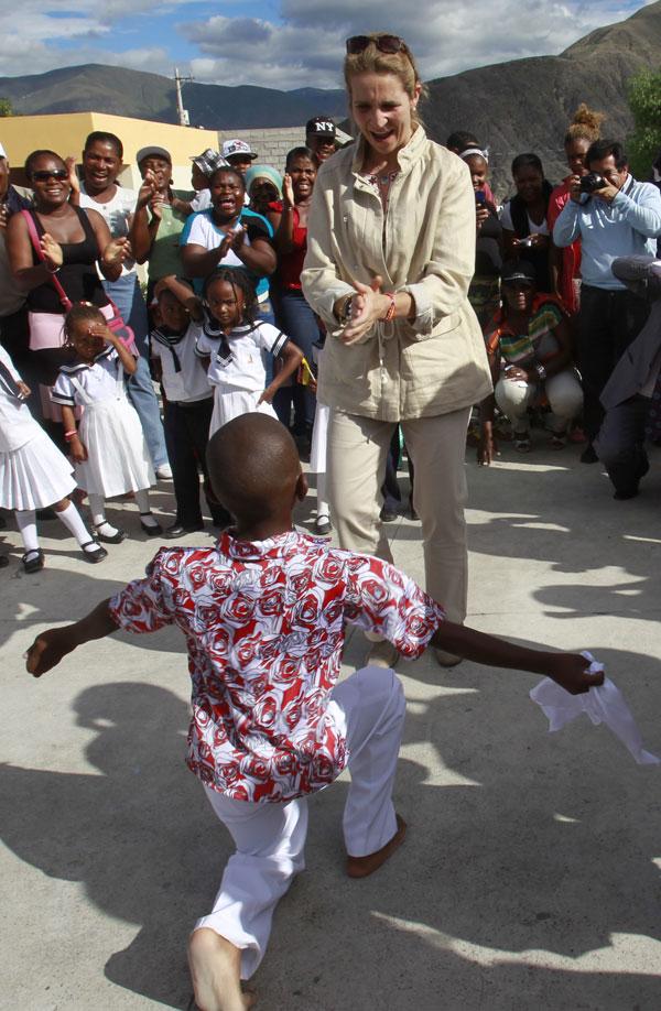 La Infanta Elena de Borbón baila con un chico de la escuela de Hernando Taquez en Mascarilla, Ecuador Lunes 2 de junio de 2014.