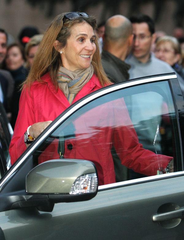 La infanta Elena entra en el coche ayer en Las Ventas