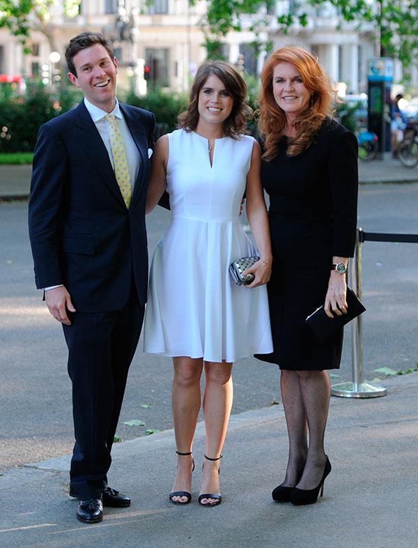 Jack Brooksbank, con su novia Eugenia de York y su futura suegra, Sarah Ferguson en Londres, Reino Unido Cuándo: 10 de junio 2014