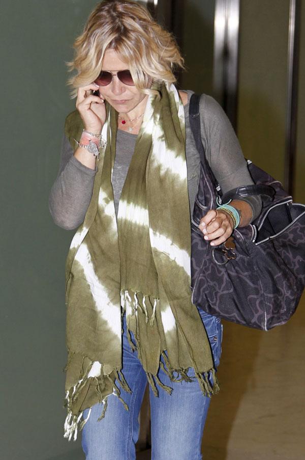 Eugenia Martínez de Irujo, duquesa de Montoro, a su llegada al aeropuerto madrileño de Barajas