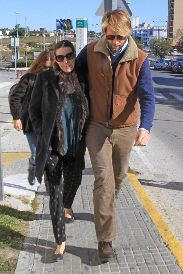 Eugenia Ortiz Domecq y Juan Melgarejo a la salida del hospital general de Jerez de la Frontera