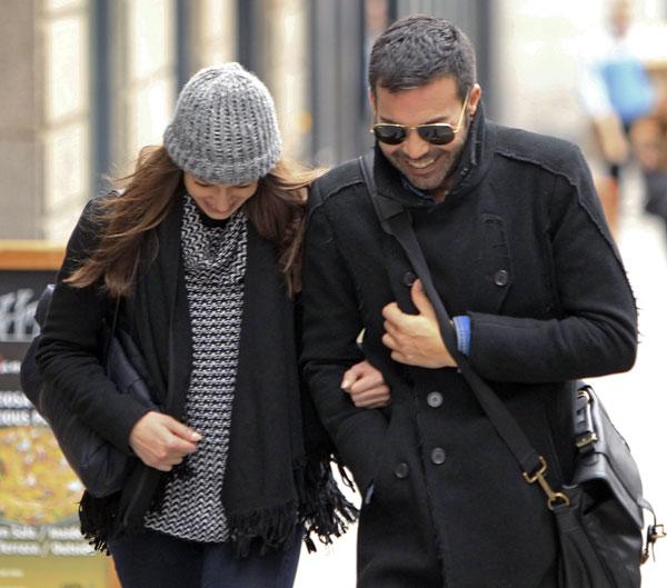 Eva González y su nuevo amigo, de paseo por Madrid el 21/11/14