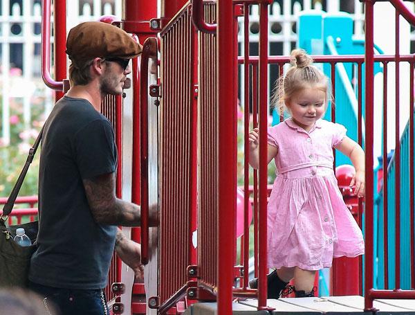 David Beckham y Harper en el parque