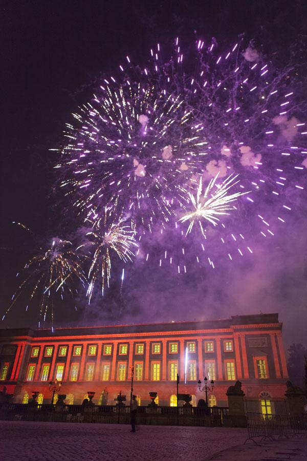 Fuegos artificiales en el fin de fiesta de la entronización de Alberto I de Belgica en Bruselas