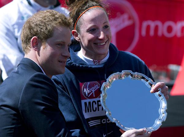 Harry de inglaterra-entregando-premio en el Maratón de Londres