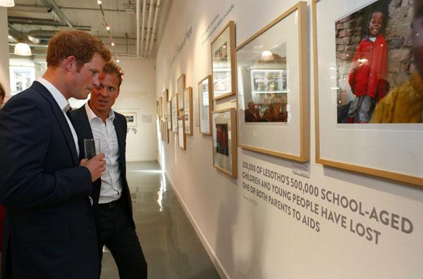 Harry-de-Inglaterra inaugura ayer una exposición de la Fundación Sentebale