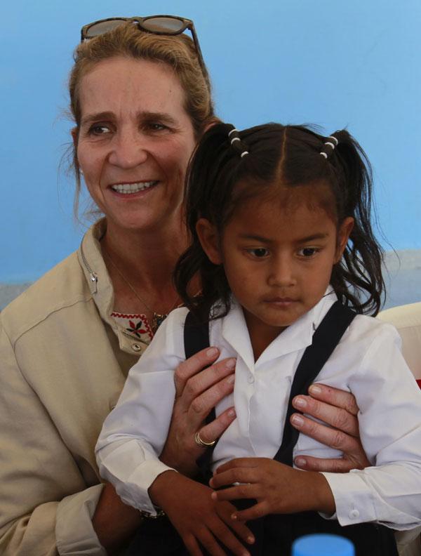 La Infanta Elena de Borbón con una niña de la escuela Hernando Taquez en Mascarilla, Ecuador Lunes 2 de junio de 2014.