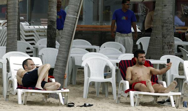 Iniesta-and-Cesc-Fabregas en las playas de Brasil