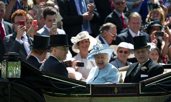 Isabel-II-en-carroza en Ascot