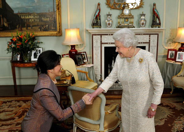 Isabel II y la primera ministra de Tailandia Yingluck Shinawtra
