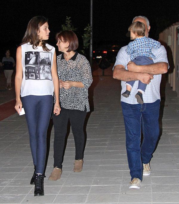 Jessica Bueno con sus padres y su hijo Francisco en Los Molares (Sevilla)