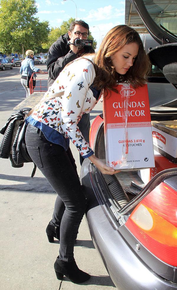 Jessica Bueno haciendo las compras para la fiesta de cumpleaños de su hijo Francisco en Sevilla
