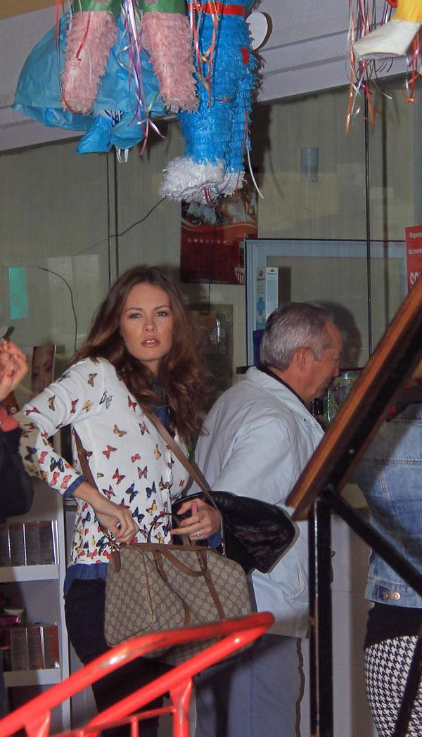 Jessica Bueno de compras de artículos infantiles en Sevilla para la fiesta de cumpleaños de su hijo Francisco