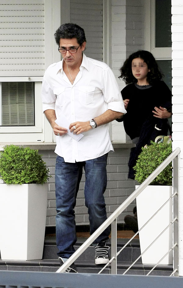 Jesus Cabanas y su hija Paula saliendo de la casa de Marta Sanchez