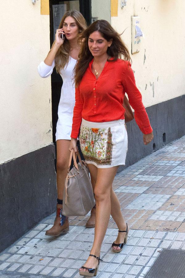 Lourdes-Montes con su hermana Isabel en Sevilla