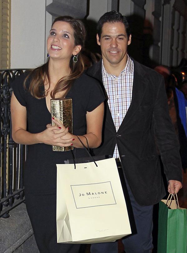 Margarita Vargas y Luis Alfonso de Borbón en Madrid con los regalos del 30 cumpleaños de ella