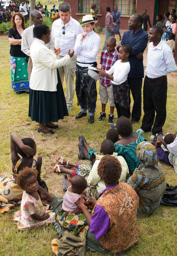 Madonna-Malaui-escuelas