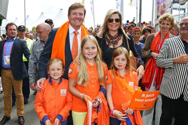 Guillermo y Máxima de Holanda con sus tres hijas