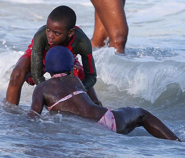 David y Mercy disfrutando de la mañana en la playa