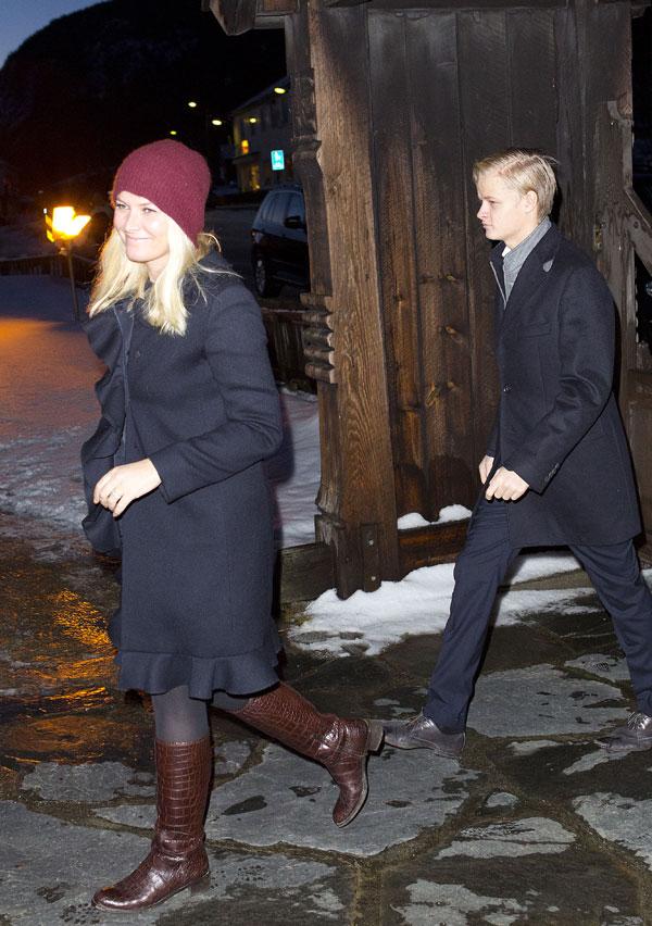 La princesa Mette -Marit y su hijo Marius en la misa de Navidad en la iglesia de Uvdal. Noruega /14 diciembre 2013.