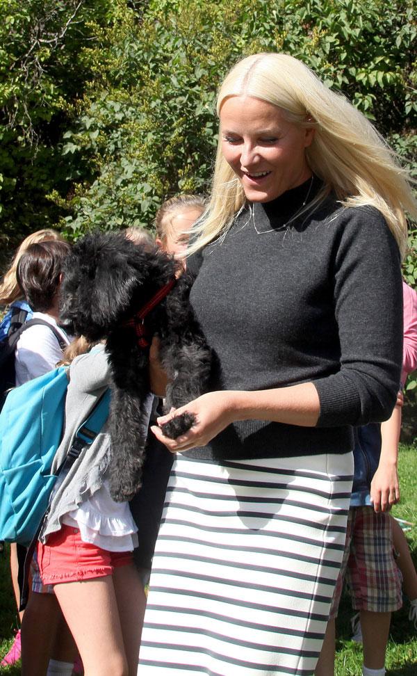 Mette-Marit con Milly Kakao en el parque en Oslo