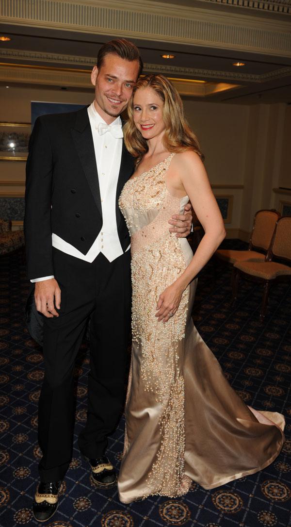 Mira-Sorvino-y su marido Christopher Backus en el Baile de la Ópera de Viena