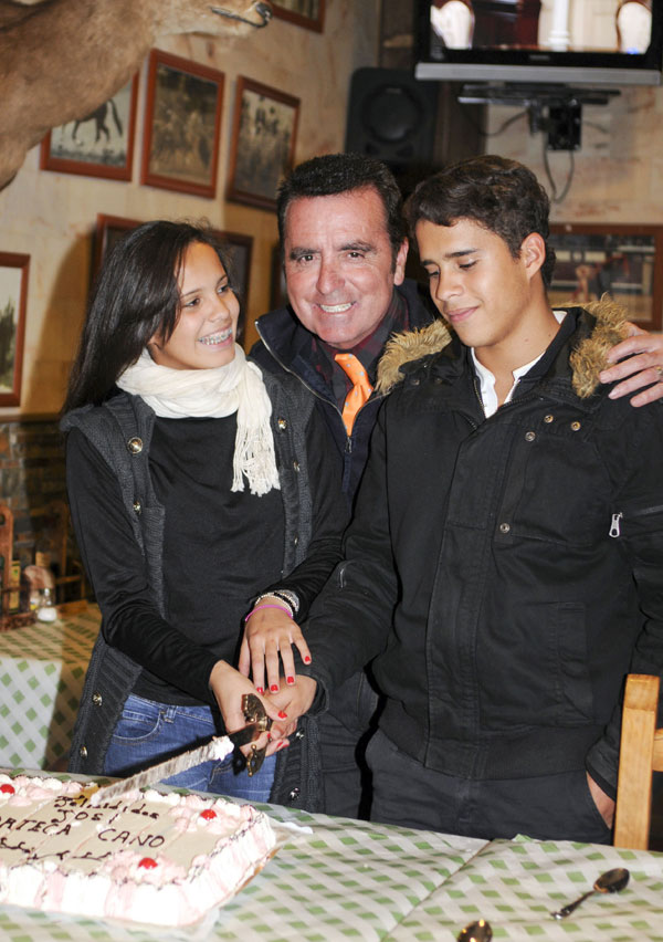 EL TORERO JOSE ORTEGA CANO CON SUS HIJOS GLORIA CAMILA Y JOSE FERNANDO DURANTE SU 57 CUMPLEAÑOS EN MADRID 23/12/2010 MADRID  ESPAÑA