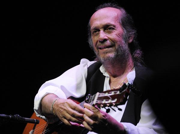 En esta foto disponible el viernes 9 de julio de 2010, el guitarrista flamenco español Paco de Lucía, se realiza en la etapa de Miles Davis Hall en el 44 º Festival de Jazz de Montreux, en Montreux, Suiza, Late  Ciudad: Montreaux