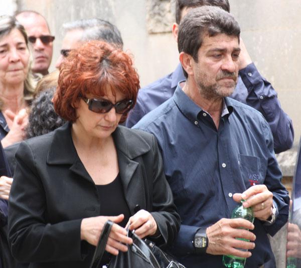 Santina y Pippo Biondo, padres de Mario Biondo y suegros de Raquel Sanchez Silva en el entierro de su hijo en Palermo