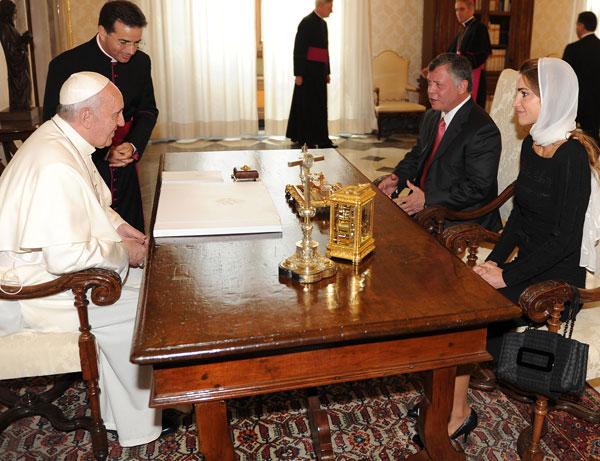 El Papa Francisco, en audiencia en El Vaticano, con los reyes de Jordania, Adbullah II y Rania