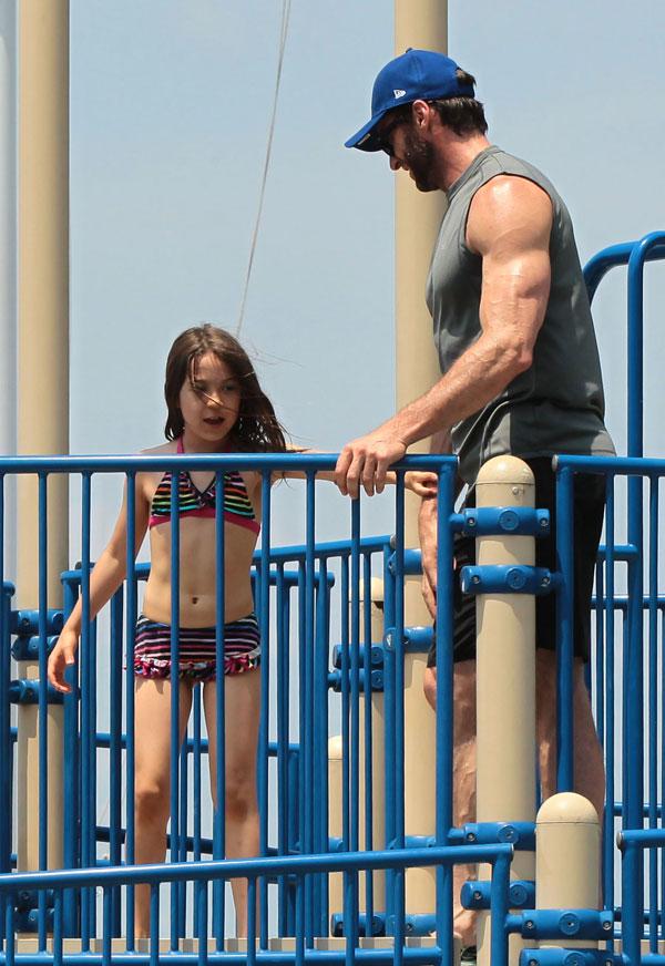 Hugh Jackman en la piscina con su hija Ava