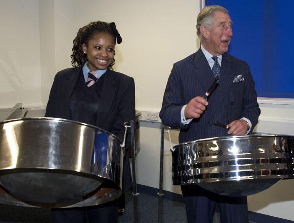 El principe-Carlos-y una alumna de la Academia Pimlico