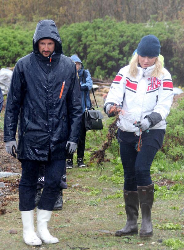El príncipe heredero Haakon y la princesa Mette-Marit asisten Día de Limpieza de Costas en Ostre Bolaerne.  NORUEGA 05/06/2014
