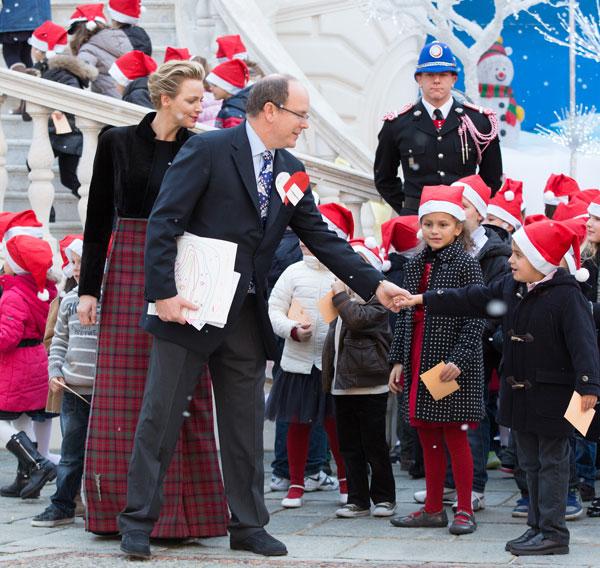 El príncipe Alberto II de Mónaco con su esposa, la princesa Charlene en el tradicional posado ante el árbol de Navidad y la recepción a los niño el palacio de Mónaco por Noel Miércoles, 18 de diciembre 2013. Ciudad: Mónaco
